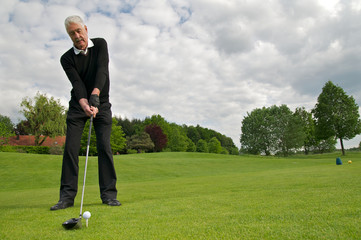 Sportlicher Senior spielt Golf