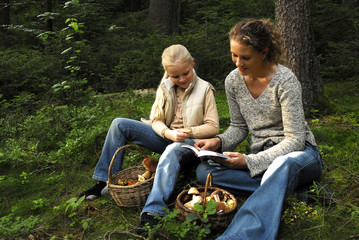 Mutter und Tochter beim Pilze sammeln