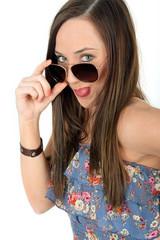 freche junge Frau mit Sonnenbrille