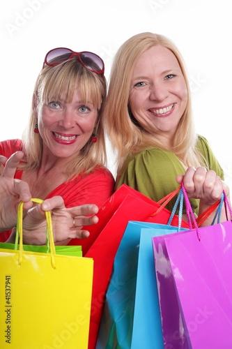 Zwei Freundinnen im Kaufrausch