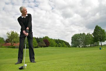 Aktiver Senior spielt Golf