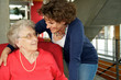 Seniorin mit Betreuerin