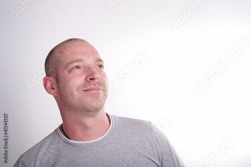 Zufriedener Mann blickt nach oben