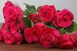Rosen liegen auf dem Tisch