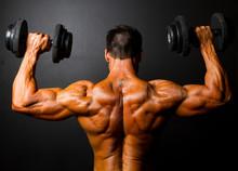Rückansicht Bodybuilder Training mit Hanteln