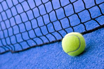 Bola de tenis, encuadre abierto