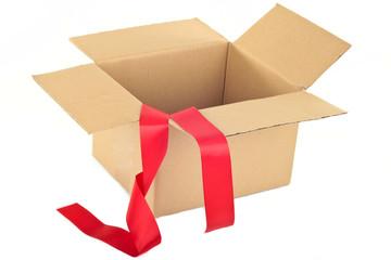 Karton mit rotem Band