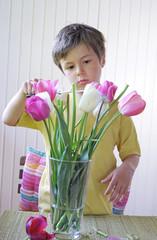 Junge schneidet Blumen kaputt