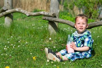 Kleinkind  mit Milchflasche am See