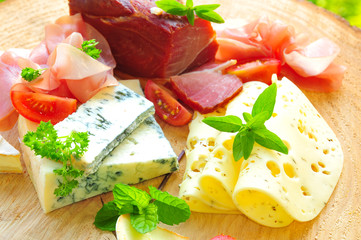 Holzbrett mit Schinken und Käse
