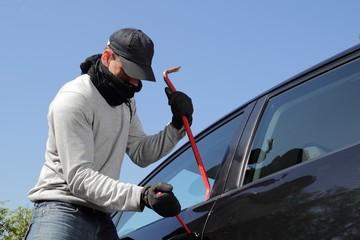 Autoaufbruch mit Brecheisen und Schraubenzieher