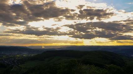 Sonnenuntergang mit Wolken und rotem Himmel