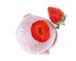 Eine Kugel Erdbeereis von oben mit Erdbeeren