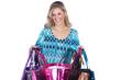 Junge Frau öffnet Einkaufs Tasche und lacht