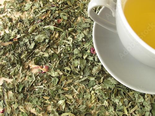 Eine Tasse Tee auf einer Kräuterteemischung