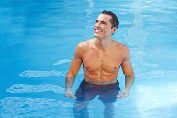 Lachender Mann steht im Wasser