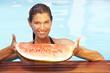 Frau mit Melone im Pool