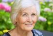 Porträt einer Seniorin im Garten