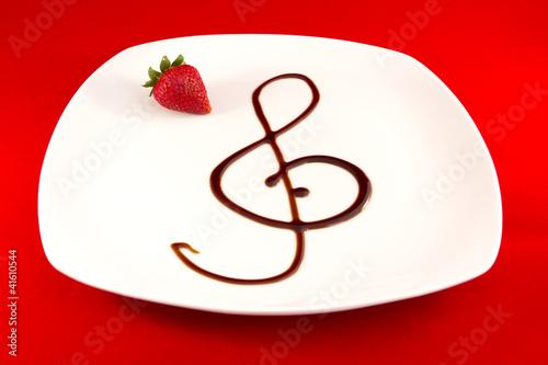 Chiave di violino con aceto balsamico, fragola, musica in cucina