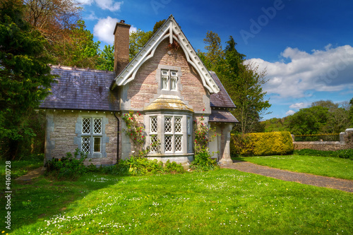 fairy tale cottage house in killarney national park ireland stockfotos und lizenzfreie bilder. Black Bedroom Furniture Sets. Home Design Ideas