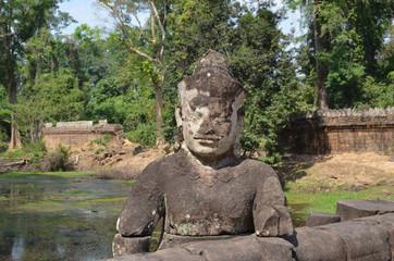 Figura de un dios en el puente de acceso al templo de Preah Khan