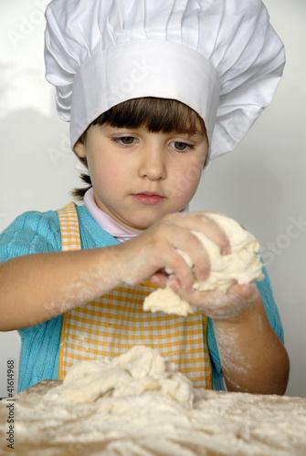 Peque a ni a cocinando y preparando masa en una cocina - Nina cocinando ...
