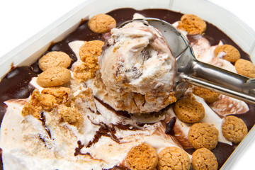 gelato al cioccolato con amaretti