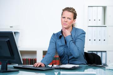 frau am arbeitsplatz mit halsschmerzen