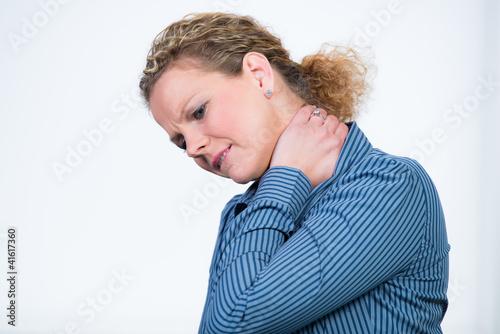 frau hat starke nackenschmerzen