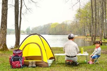 キャンプを楽しむファミリー