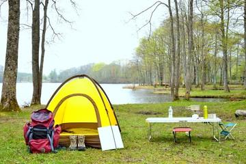 湖畔のキャンプ風景