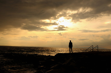 sahilde tek başına genç, depresip, gün batımı