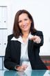 geschäftsfrau zeigt entschlossen mit dem finger