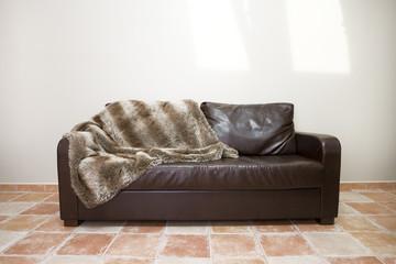 Ledercouch mit Decke