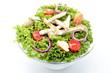 insalata mista con pollo arrosto e pomodori su sfondo bianco
