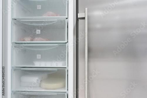 Frigorifico con una puerta abierta