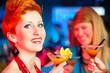 Leute in einem Club oder einer Bar trinken Cocktails