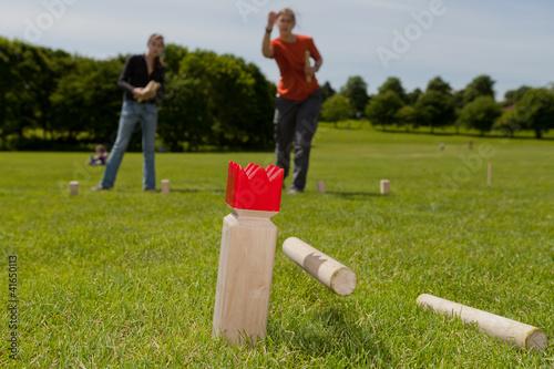 Leinwandbild Motiv Jugendliche im Park spielen Kubb
