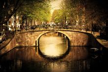 Amsterdam. Romantische brug over kanaal.