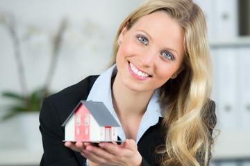 makler präsentiert eigenheim in miniatur