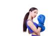 junge frau übt boxsport aus