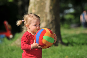 Mädchen auf dem Spielplatz mit Ball