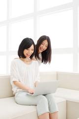 パソコンを見る二人の女の子