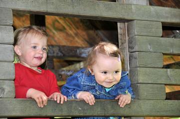 Zwei kleine Mädchen im Spielhaus