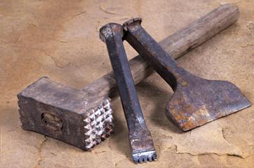Steinmetzwerkzeug - Stockhammer und zwei Meißel