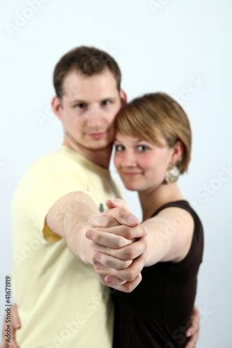 Paar mit Fokus auf beide Hände
