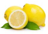 Świeże cytryny z liśćmi