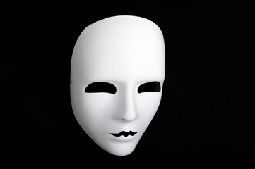 maschera neuta bianca su fondo nero