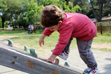 enfant escaladant