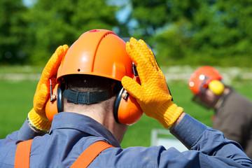 Schutzkleidung Forstarbeit Helm, Visier, Gehörschutz